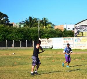 Meninos do Rugby ensaiam jogadas no campo do Kubistchek