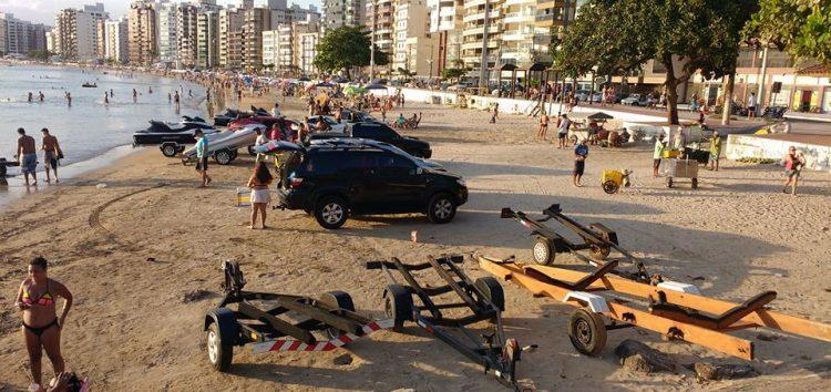"""Fiscalização retira reboques """"estacionados"""" na Praia do Morro"""