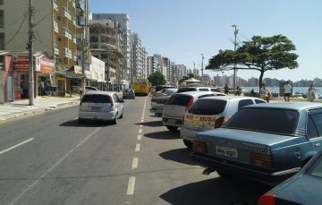 Carros bloqueiam pontos de ônibus na Praia do Morro