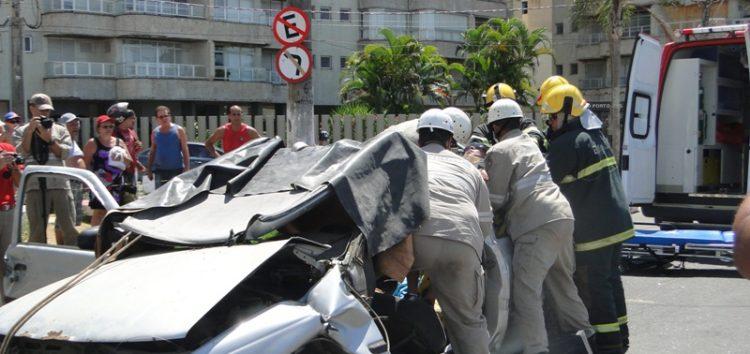 Corpo de Bombeiros realiza simulação de salvamento na Praia do Morro