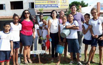 Escola faz plantio de árvore símbolo de Guarapari