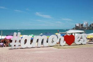Praia do Morro recebeu letreiro da campanha dia 5 de fevereiro