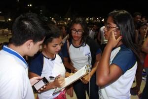 Estudantes colhem assinaturas. Foto: Hamilton Garcia.