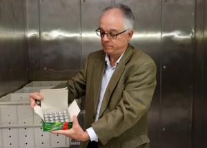 Seretário de Saúde, Ricardo Oliveira, mostra as vacinas. Foto: Romero Mendonça/Secom