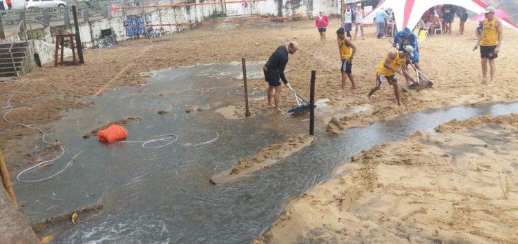 Esgoto transborda e cancela torneio de vôlei na Praia das Castanheiras