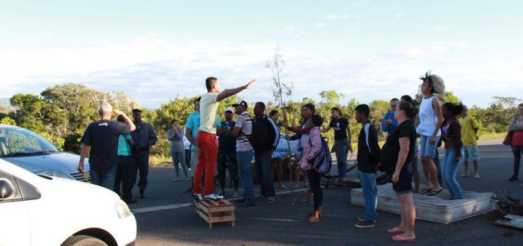 Usuários do Transcol fecham rodovia em protesto pela permanência do ponto final em Setiba