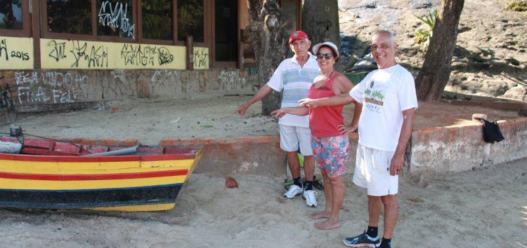 Idosos querem volta de banco para descanso na Praia do Morro
