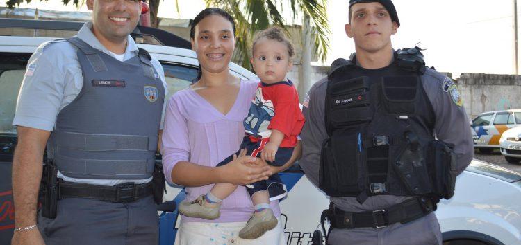 Anjos de farda: mãe e filho agradecem policiais que fizeram o parto