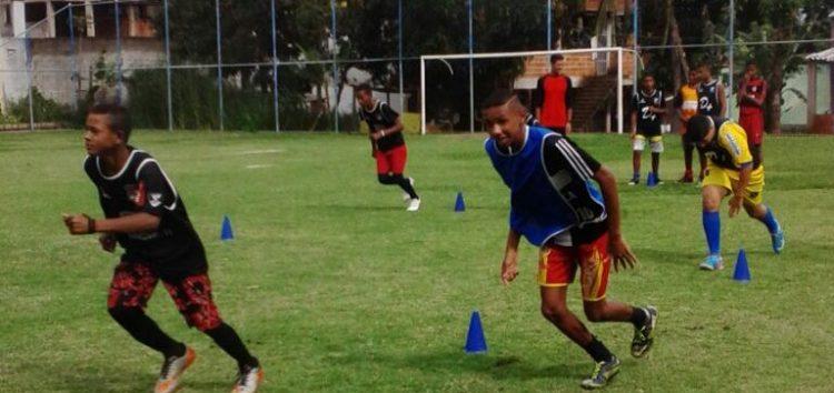 Futebol incentiva crianças a terem bom desempenho na escola