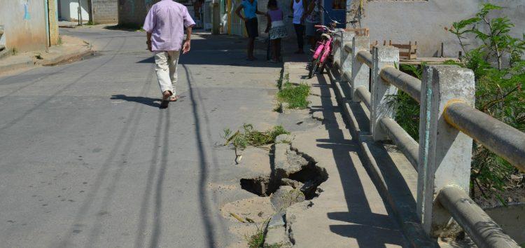 Ponte sem manutenção coloca pedestres em risco