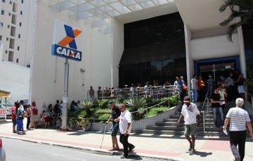 Greve dos bancários termina e população faz fila em porta de agência de Guarapari