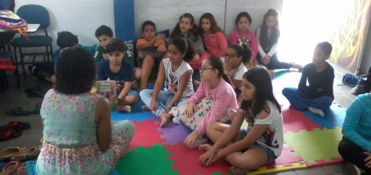 Na semana da criança escritora de Guarapari incentiva a leitura