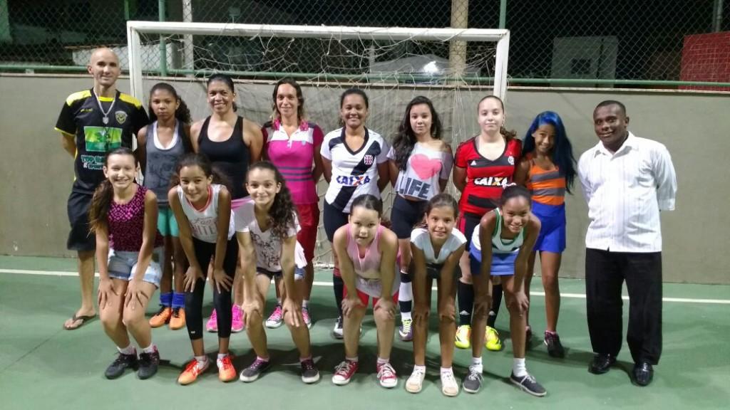 TIME formado por meninas e mães dos atletas.