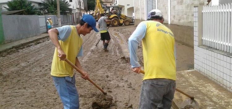Alfredo Chaves ajuda Iconha após fortes chuvas