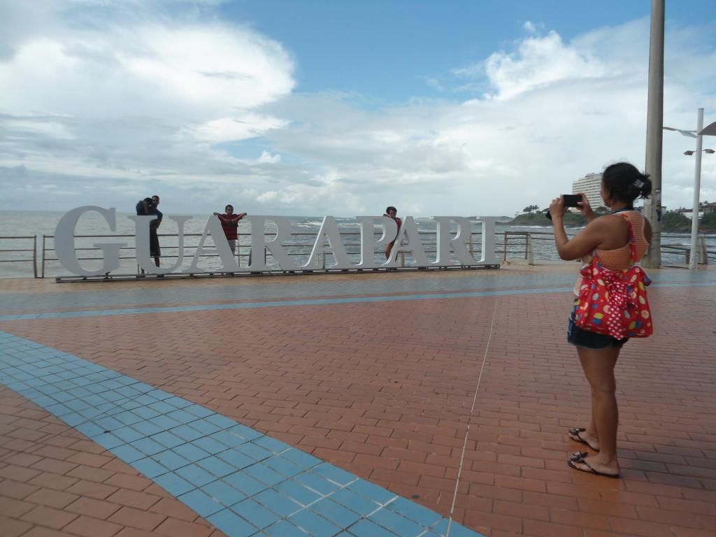 A turista Gisele fez questão de tirar foto da família junto ao monumento. Foto: Gabriely Sant'Ana