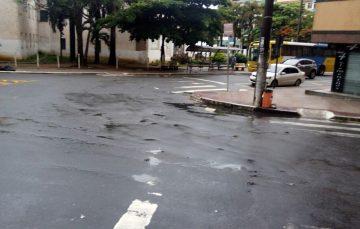 Faixas apagadas dificultam travessia de pedestres no Centro