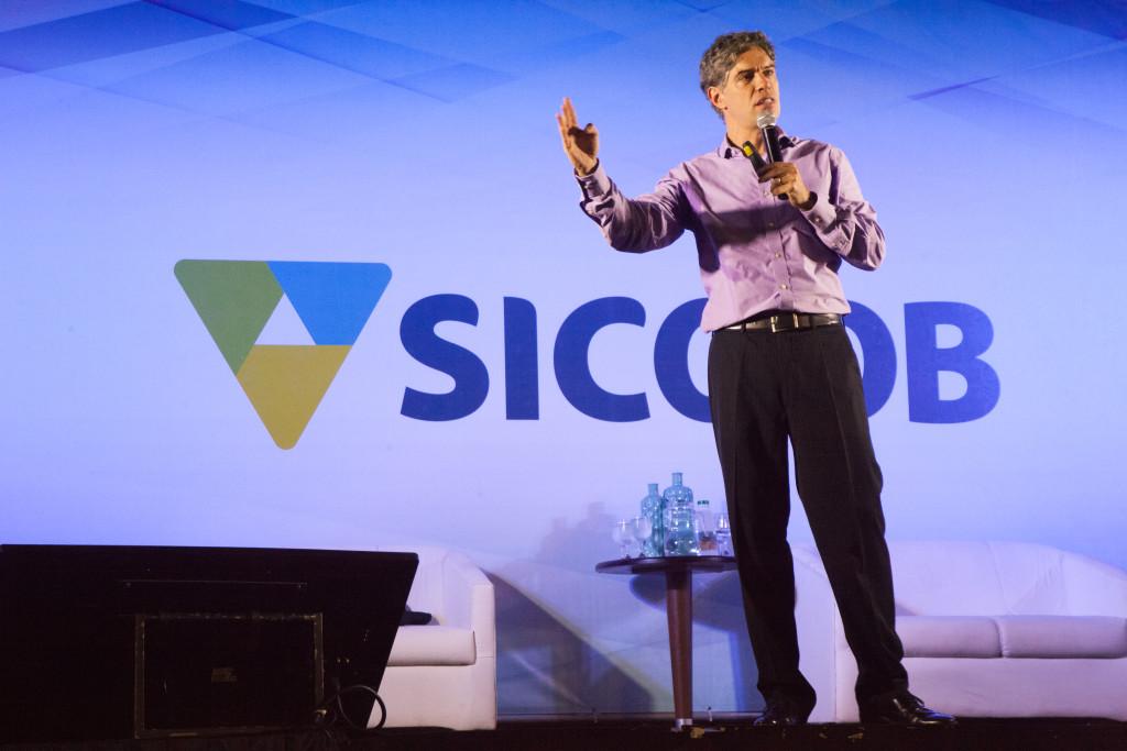 Economista Ricardo Amorim falou com otimismo sobre os cenários da economia brasileira em evento do Sicoob Sul Litorâneo. Foto: Hamilton Garcia.