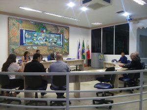 Sessão começou com 15 minutos de atraso e apenas 10 vereadores presentes.
