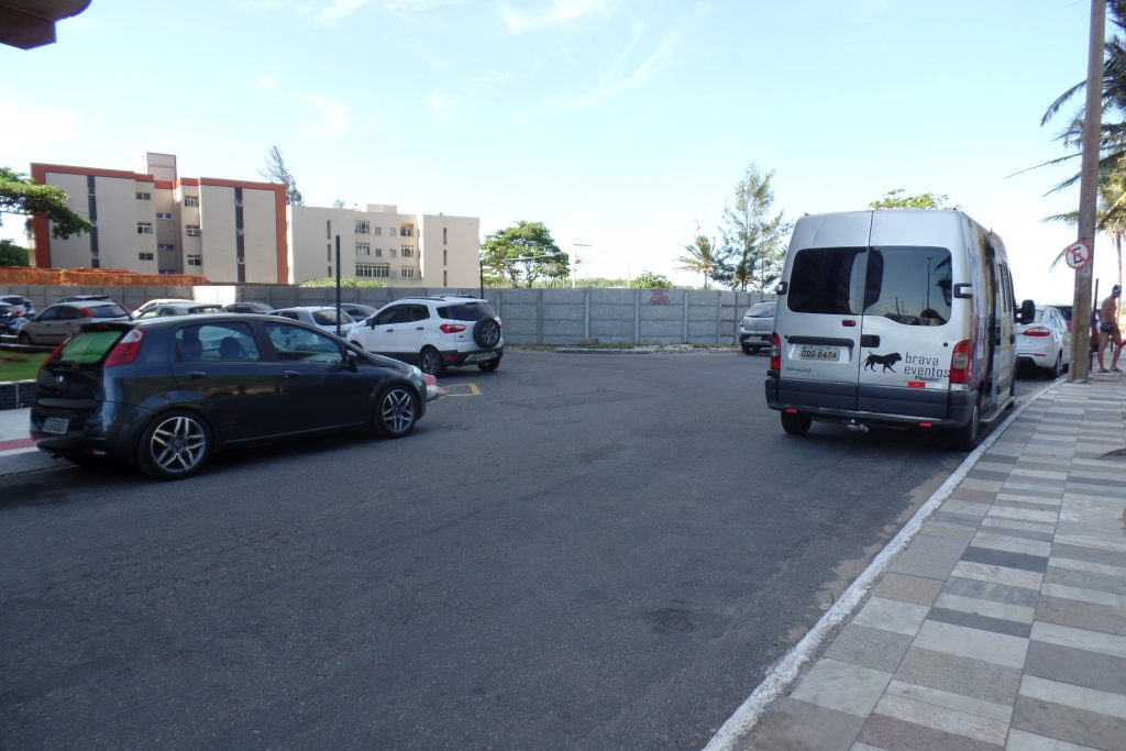 Na praia da Cerca: três veículos estacionados nas três esquinas e uma van debaixo da placa de proibido estacionar. Foto: João Thomazelli/Portal 27