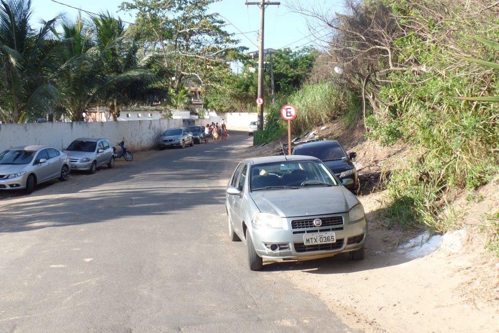 Mesmo com várias placas de proibido estacionar, motoristas insistem e acabam multados. Foto: João Thomazelli/Folha da Cidade
