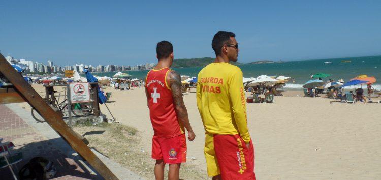 Verão: Guarda-vidas de Guarapari alertam banhistas sobre cuidados na praia