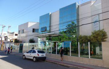 Paciente precisa comprar atadura e gaze em farmácia para fazer curativo na UPA de Guarapari