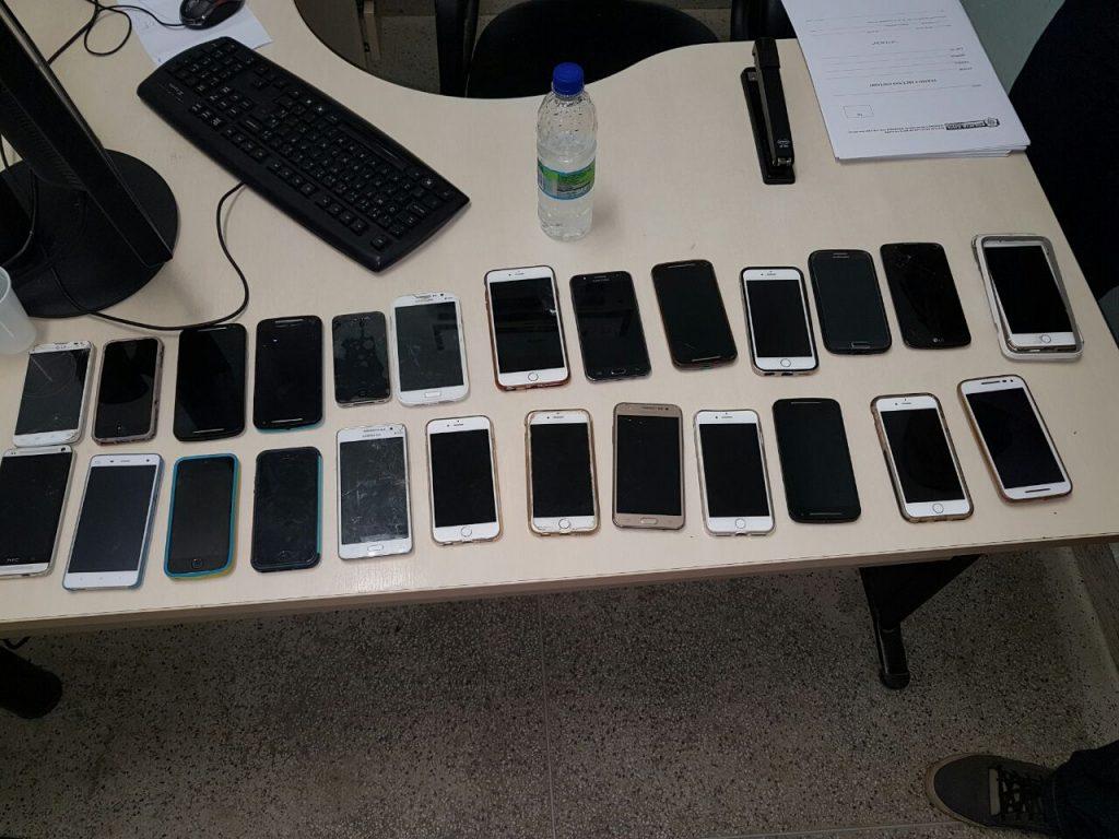 Vinte e sete celulares foram recuperados pela polícia.