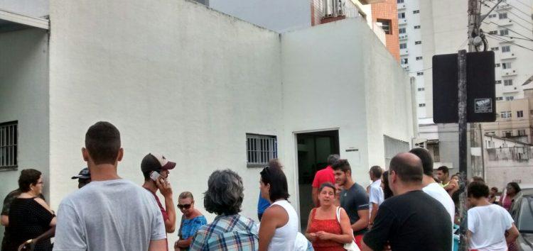 Filas dobram o quarteirão para imunização contra a Febre Amarela em Guarapari