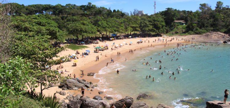 Feriado, sol e praias com pontos liberados para banho em Guarapari
