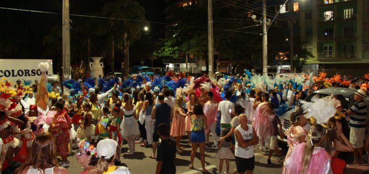 Desfiles de escolas de samba e blocos ditam o ritmo do Carnaval em Guarapari