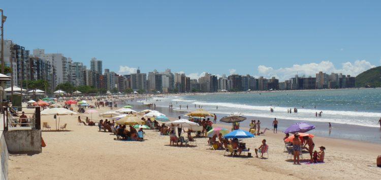 Calor e chuva irregular em Guarapari garantem praia na semana pré-carnaval