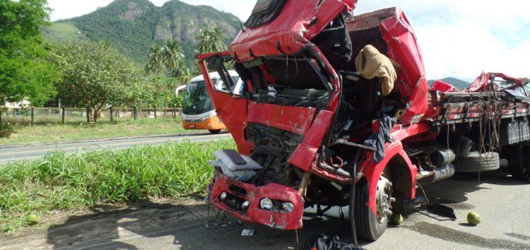 Acidente na BR-101 em Guarapari deixa dois feridos e PRF prende cinco por saque