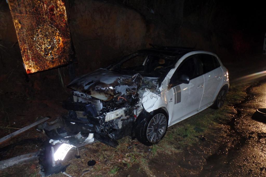 A frente do veículo ficou destruída com a colisão. Foto: João Thomazelli/Folha da Cidade
