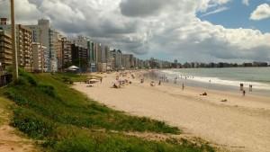 ALGUMAS famílias aproveitam o dia de sol para curtir praia.