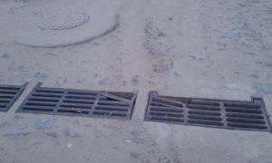 As tampas de bueiros também precisam de manutenção.