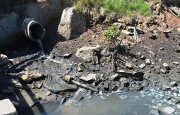 Perocão: esgoto de três bairros acaba no rio que corta a aldeia de pescadores