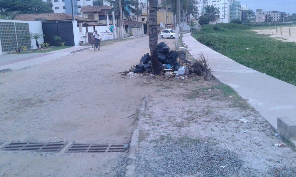Moradores reclamam do descaso na orla da praia.