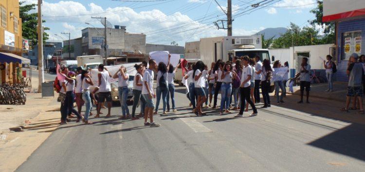 Alunos protestam contra condições precárias em escola de Guarapari