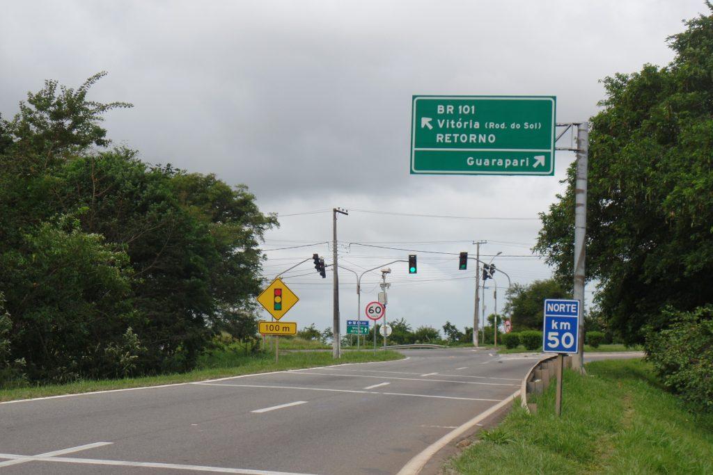 A pouca sinalização que existe para orientar os turistas está no trecho de concessão da Rodosol. foto: João Thomazelli/Folha da Cidade