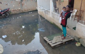 Famílias ficam ilhadas por causa de esgoto em Guarapari