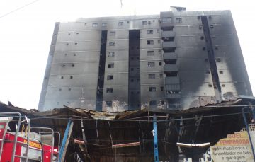 Após um ano do incêndio da Feira na Praia do Morro, moradores do prédio ao lado não foram indenizados