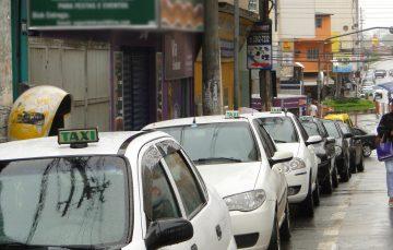 Taxistas reclamam da falta de ação da prefeitura contra motoristas clandestinos em Guarapari