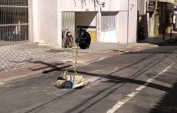 Buraco em rua do Centro de Guarapari preocupa cidadãos
