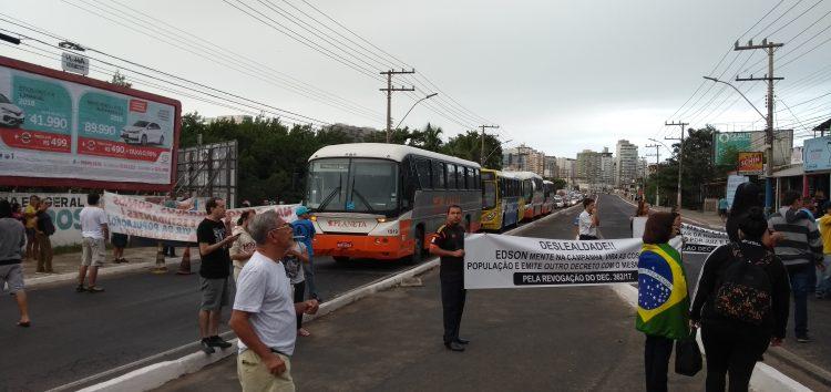 Manifestantes fecham a ponte em protesto a decreto dos ônibus