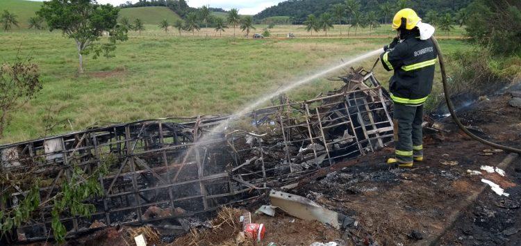 Tragédia na BR-101: bombeiros já contam 15 mortos no acidente com ônibus da Águia Branca
