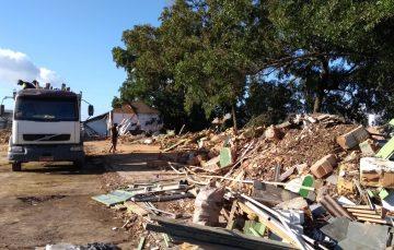 Escola Dr. Roberto Calmon começa a ser demolida em Guarapari