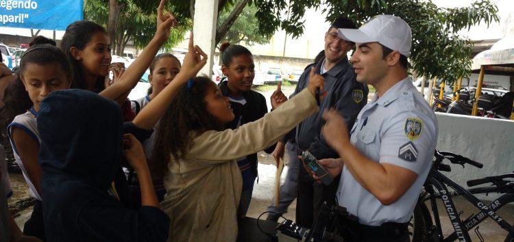Policiais abrem as portas do 10º Batalhão para mostrar a rotina militar para estudantes