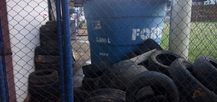 Morador preocupado com pneus amontoados ao lado de escola em Guarapari