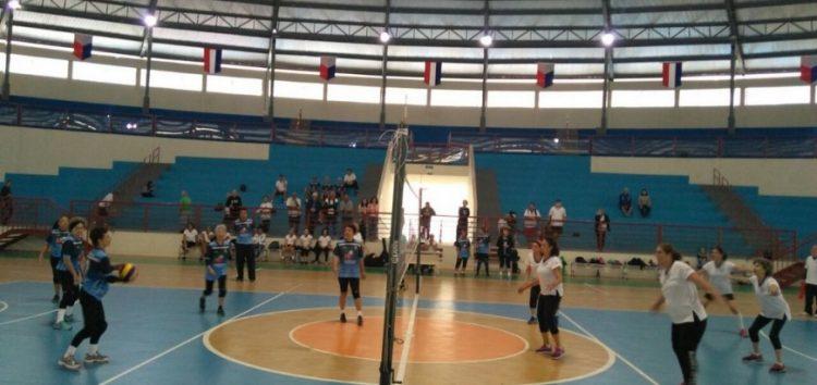 Atletas da terceira idade de Guarapari participam de amistoso de voleibol adaptado