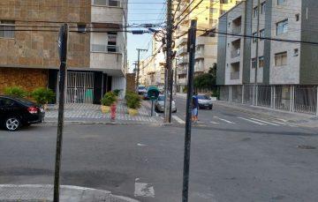Prefeitura tira placas de trânsito da Praia do Morro, mas não tem novas para colocar no lugar
